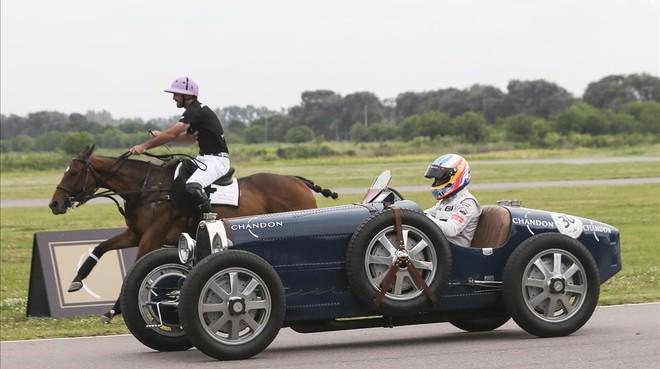 Alonso, a los mandos de un Bugatti, corre contra el caballo del polista Facundo Pieres.