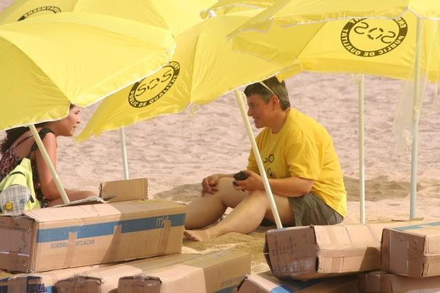 Badalona es mou tenyeix la platja de groc