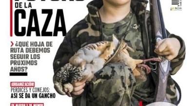 La revista 'Jara y Sedal' posa en portada un nen armat i suscita tot tipus de crítiques