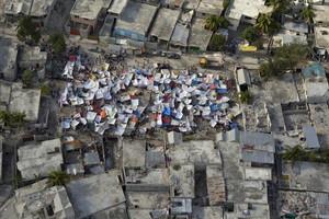 Hatianos viven en tiendas de campaña en Puerto Príncipe tras los daños que causó el terremoto en la capital el 12 de enero de 2010.