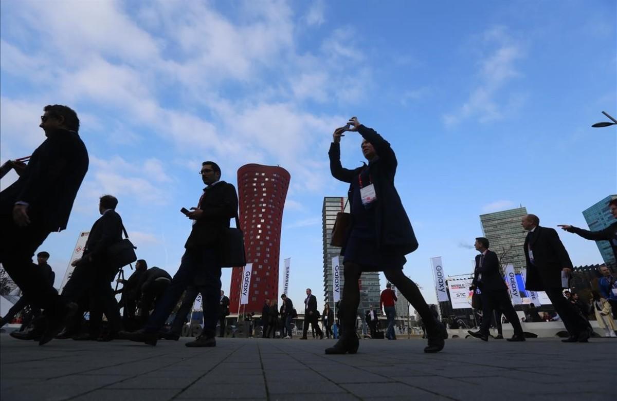 Entrade de los participantes en la primera jornada del Mobile World Congress en la Fira de Barcelona.