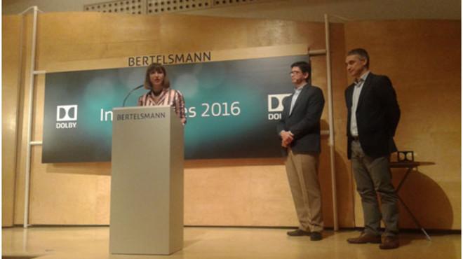 Laia Marsal, responsable de marketing y comunicaci�n de Full Cinemes, recibiendo el premio.