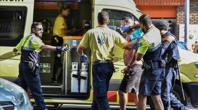 T�cnicos del SEM se llevan a uno de los heridos al hospital.