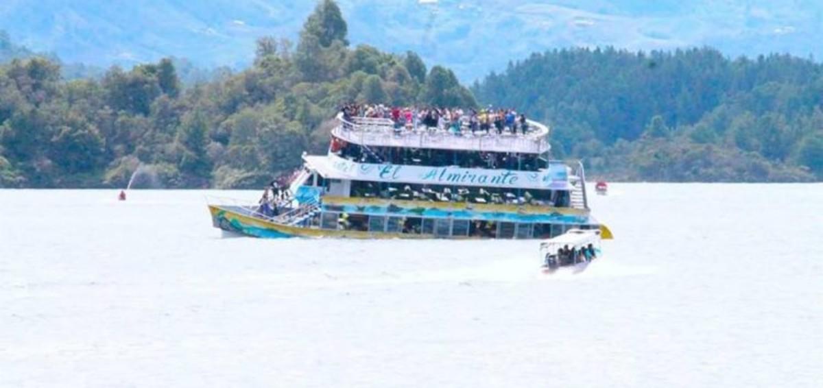 Imagen del hundimiento del barco 'El Almirante', en Guatapé (Colombia).
