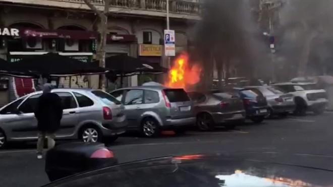Dos incendis consecutius a l'Eixample calcinen quatre cotxes i dues motos