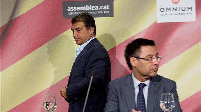 Joan Laporta pasa por detr�s de Josep Maria Bartomeu en un acto por las selecciones catalanas, en julio del 2015.