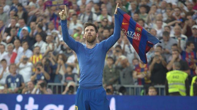 Leo Messi muestra orgulloso la camiseta