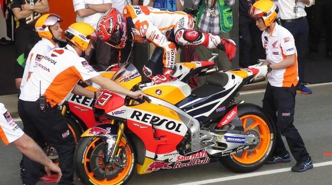 Marc Márquez salta de una Honda otra Honda, en el ensayo de cambio de moto en Doha.