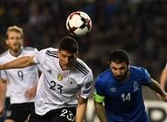 Mario Gómez, autor del tercer gol alemán, cabecea con la oposición de Sadygov.