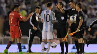 Messi, en el altercado que tuvo con los árbitros del Argentina-Chile del pasado jueves.