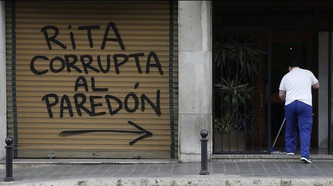 Pintada amenazante aparecida este jueves junto a la vivienda de Rita Barber� en Val�ncia.