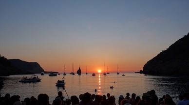 Puesta de sol en la cala Benirr�s, en Eivissa.