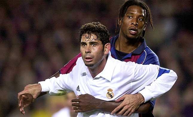 Tensión defensiva. Hierro trata de zafarse del acoso de Christanval durante un lance del clásico disputado el 16 de marzo del 2002.