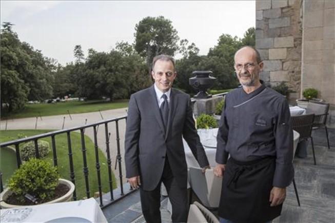 Toni Gerez y Xavier Sagristà, en la terraza del restaurante del castillo de Peralada. Foto: Jordi Ribot / Iconna