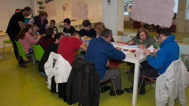 La biblioteca de Rubí acoge un taller de arte para personas discapacitadas