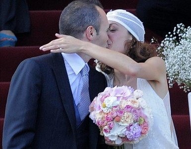 Andrs Iniesta besa a Anna Ortiz, tras la boda.