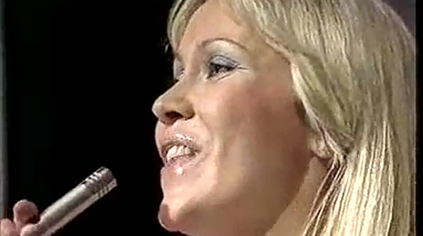 Agnetha de ABBA cantando 'Thank you for the music'