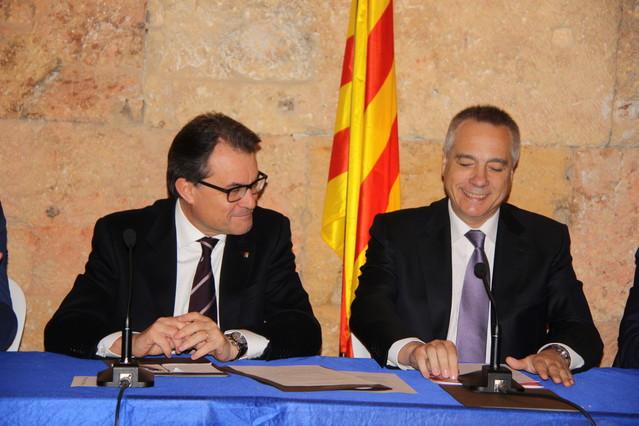 El 'president' Artur Mas y Pere Navarro, tras firmar el acuerdo que permitirá BCN World.