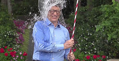 Bill Gates, empresario tecnol�gico, se echa agua helada dentro de la campa�a contra la ELA.
