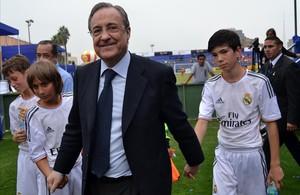 florentino pérez con jugadores menores