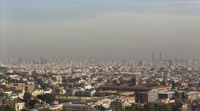 Efectos de la contaminación atmosférica en el cielo de Barcelona, el pasado diciembre.
