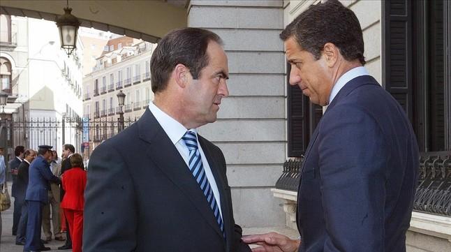 Los exministros José Bono (PSOE) y Eduardo Zaplana (PP), en el Congreso de los Diputados