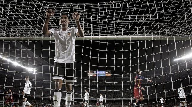Leandro Santos lamentándose tras recibir el sexto gol