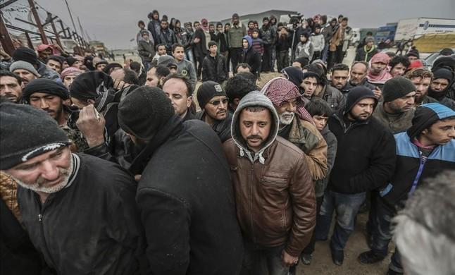 Miles de refugiados sirios se agolpan en la frontera con Turquía, huyendo de los bombardeos del Ejército de Asad y de Rusia para recuperar Alepo.
