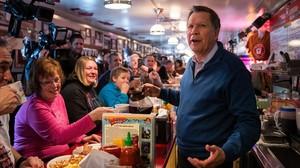 Kasich sirve café a los clientes en un restaurante de Manchester (Nuevo Hampshire), este martes.