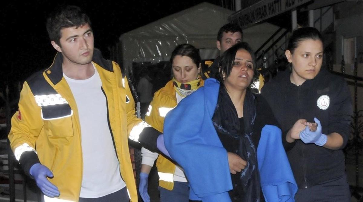 Miembros de los servicios de rescate turcos recogen a refugiados que intentaban alcanzar la costa griega en el mar Egeo en Turquia.