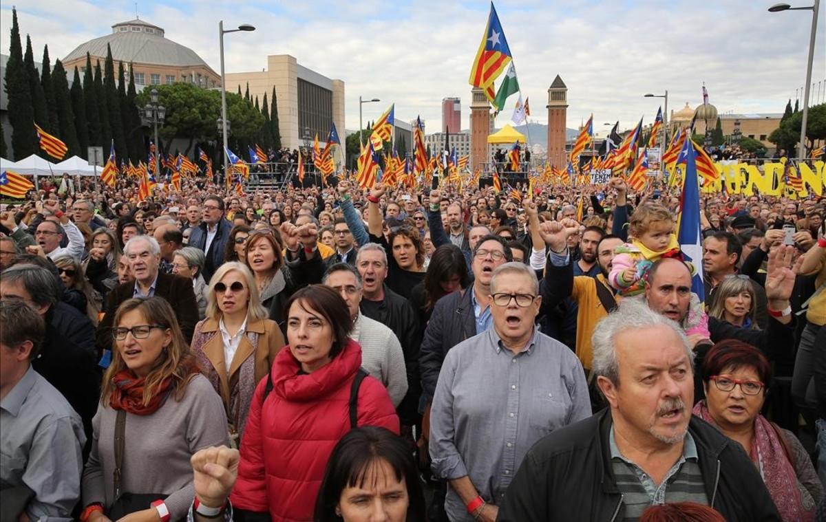 El acto en denuncia de la judicialización de la política reúne a 80.000 personas en Montjuïc.