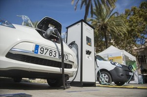 Carga de un coche eléctrico.