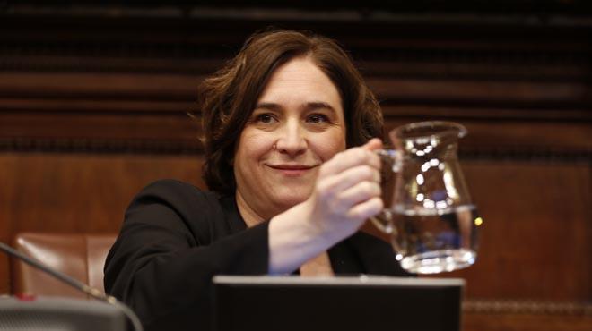 Colau extiende la mano a la oposición para llegar a acuerdos durante la segunda mitad del mandato.