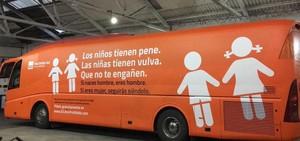 Autobús que recorre Madrid con el polémico mensaje del grupo ultracatólico Hazte oír, este martes.