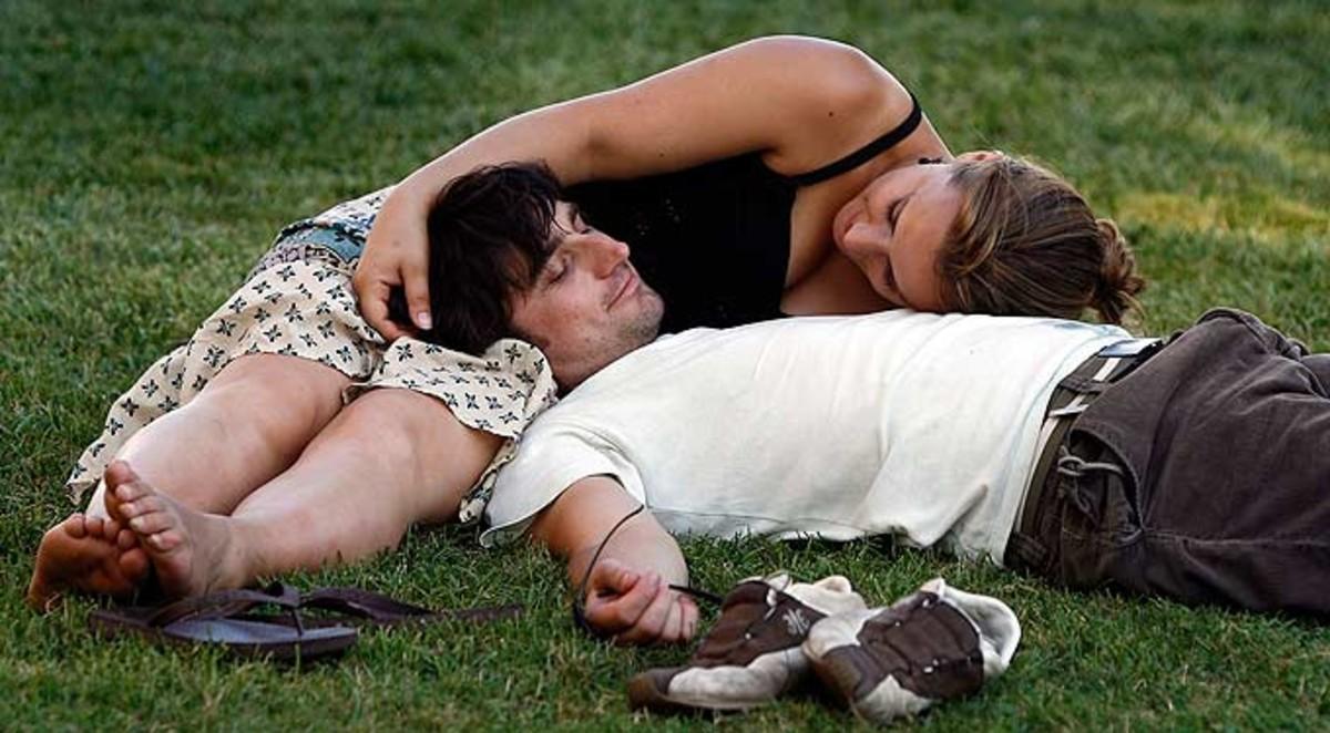 Una pareja, en un parque de Barcelona.
