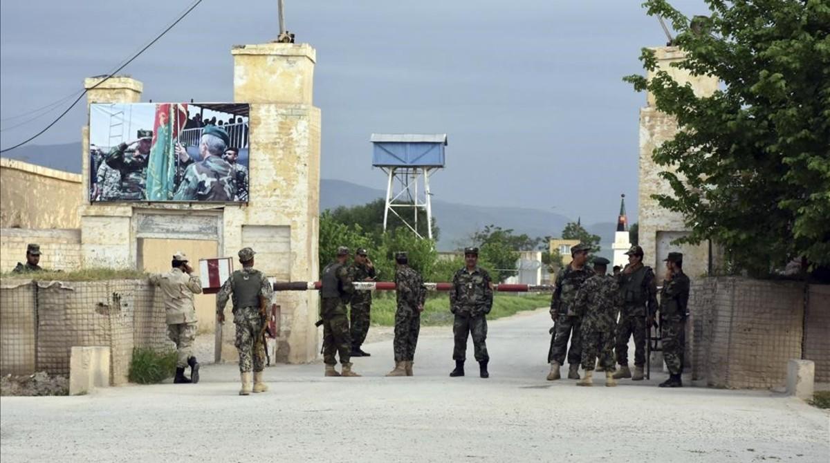 Soldados afganos montan guardia en la entrada de una base militar en la provincia norteña de Mazar-e-Sharif, tras el ataque en la provincia de Balkh, el 21 de abril.