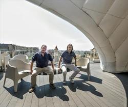 <b>EXPECTATIVAS.</b> Marcipar, izquierda, bajo una de las estructuras hinchables con Carles Estruch, director técnico de la empresa.