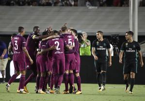 Los jugadores del City se abrazan ante los desafortunados futbolistas de Zidane