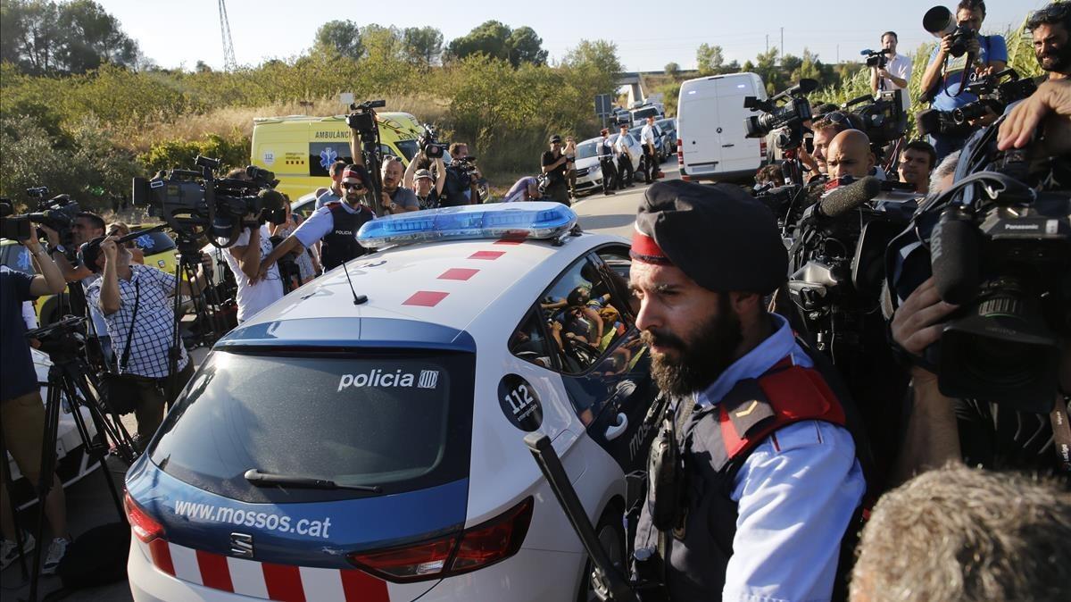 Los medios de comunicación cubriendo la noticia en Subirats.