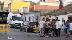 La Policia Nacional y la Unidad Militar de Emergencias UME desarrollan desde esta manana una operacion en una vivienda de Dos Hermanas Sevilla donde se han encontrado restos humanos enterrados en hormigon