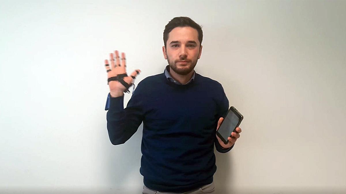 Un guante permite a los mudos hablar a través del móvil