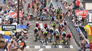 Accidemtada llegada a meta en la prueba ciclista Baloise Belgium Tour.