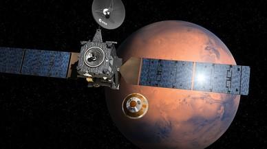 Simulación artística de la misión Exomars 2016 con la nave 'TGO'y el pequeño módulo 'Schiaparelli' (centro) dirigéndose a la superficie de Marte.