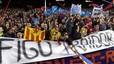 Indignación en el Camp Nou. Pancartas contra Figo en la grada del Camp Nou. 16 de marzo del 2002.