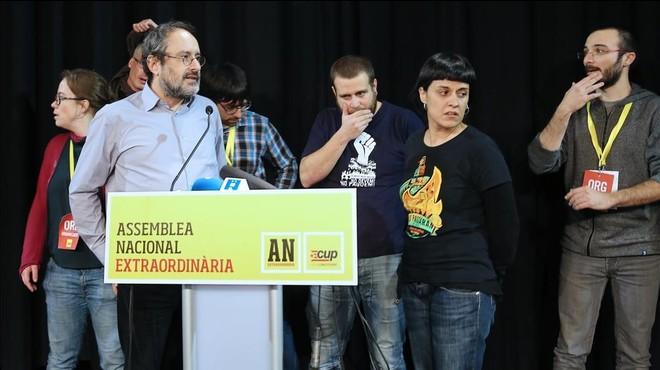 Antonio Baños y Anna Gabriel, junto a otros diputados de la CUP, en la asamblea nacional de la formación, el pasado domingo en Sabadell.