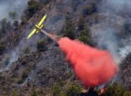 Uno de loshidroaviones que trabajan para sofocar el incendio de Artana, en Castell�n.