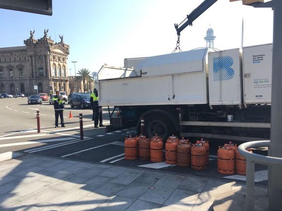 Así hemos contado la detención a tiros de un camión de butano que ha embestido varios coches en Barcelona