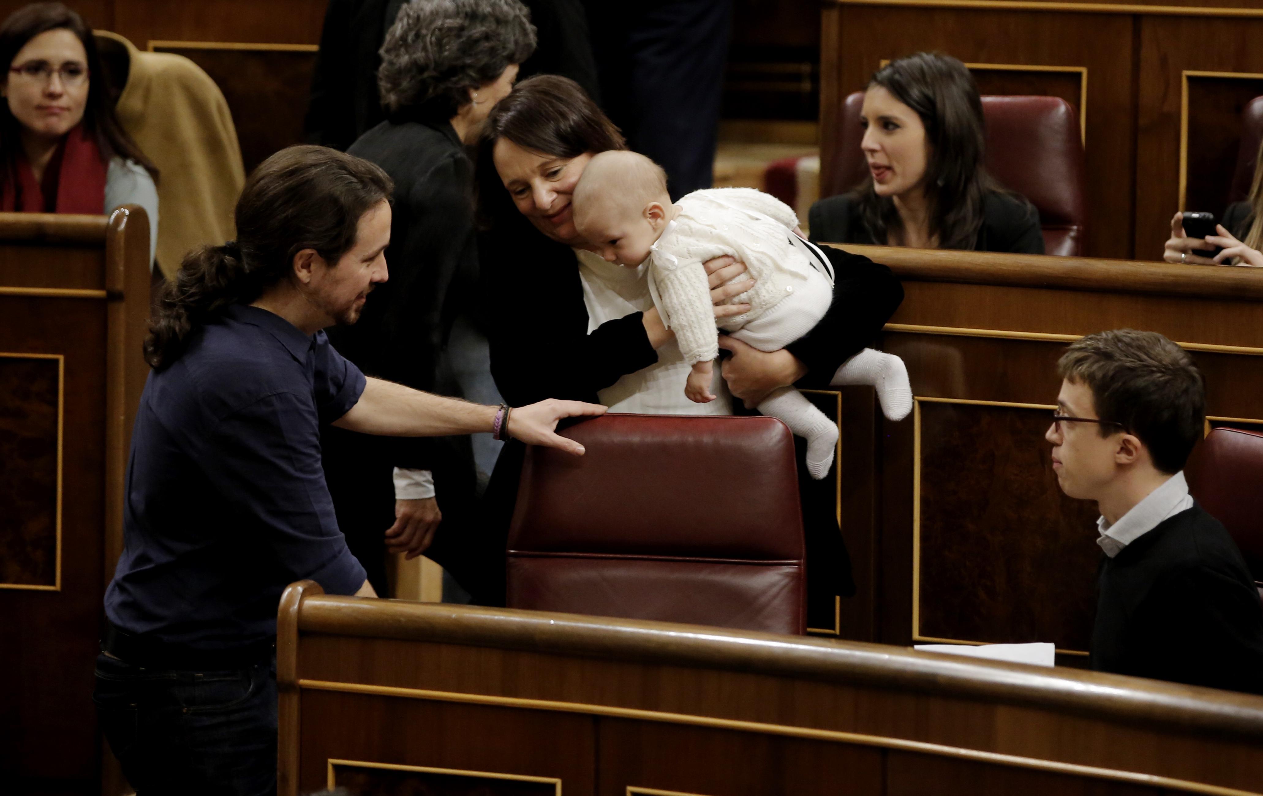 Carolina Bescansa porta el seu bebè a la sessió de constitució del Congrés