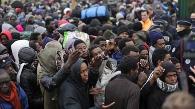 Los inmigrantes hacen cola para registrarse en Calais.