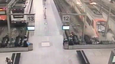 Un vídeo recull el moment del xoc del tren a l'estació de França